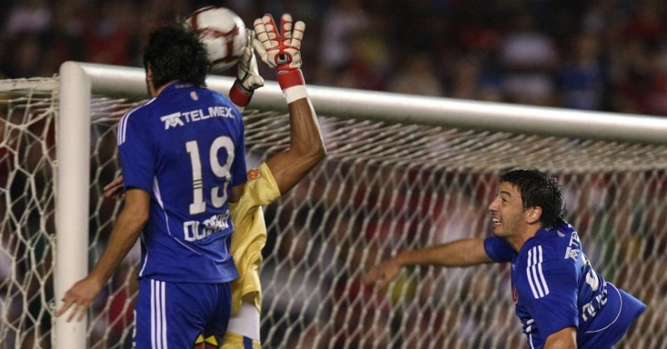 Bruno não alcança a bola, e Rafael Olarra cabeceia para marcar o segundo gol da Universidade do Chile contra o Flamengo