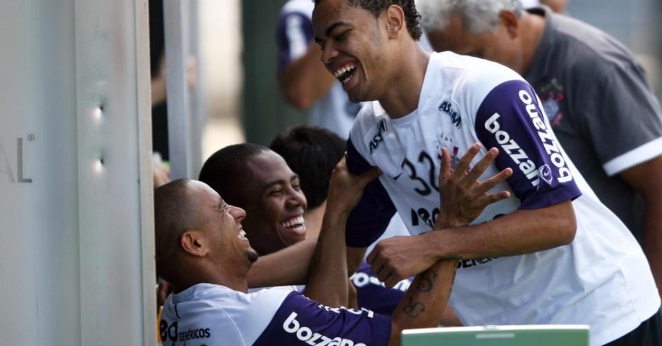 Dentinho, Elias e Roberto Carlos brincam no Corinthians