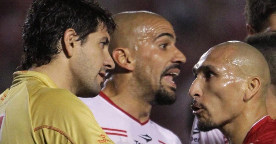 Guiñazu (d) e o goleiro Agostin Orion se desentendem em lance da partida entre Internacional e Estudiantes