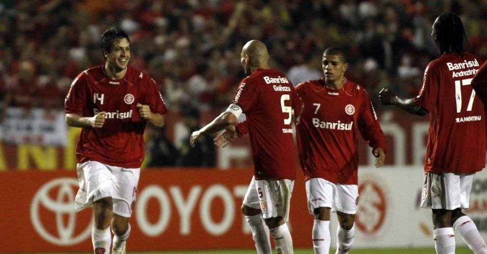 Sorondo (e) comemora com os companheiros ao marcar, no final do jogo, o único gol da vitória do Internacional sobre o Estudiantes