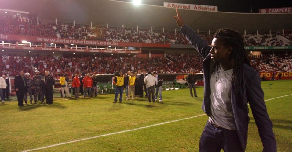 Tinga, volante do Inter, saúda torcida no Beira-Rio