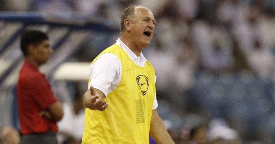 Luiz Felipe Scolari reclama durante partida do Bunyodkor, do Uzbequisto