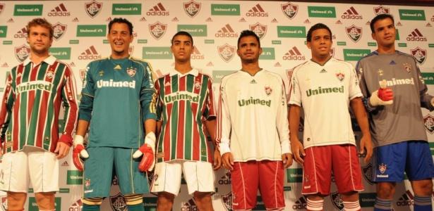 ead2e059c4 Jogadores desfilaram com a nova camisa  estreia será no jogo contra o  Corinthians