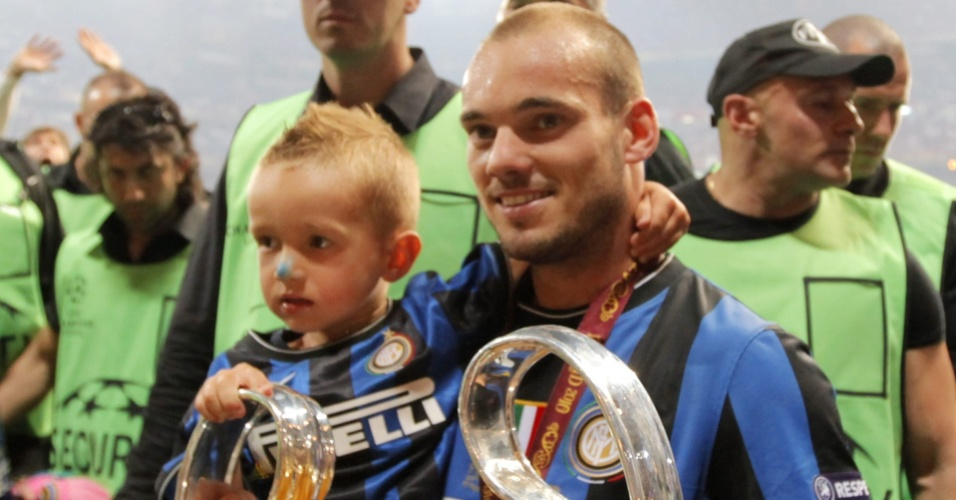 Sneijder carrega taa da Liga dos Campees e o filho aps conquista da Inter
