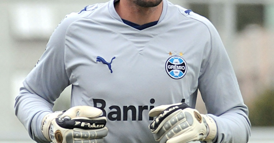 Victor, goleiro do Grêmio, treina no estádio Olímpico