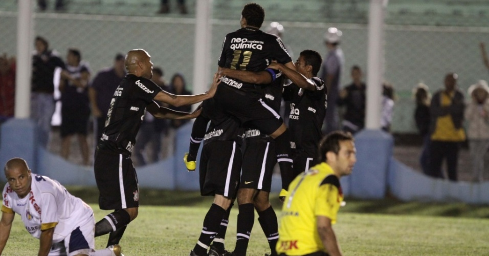 Corinthians celebra gol em Prudente