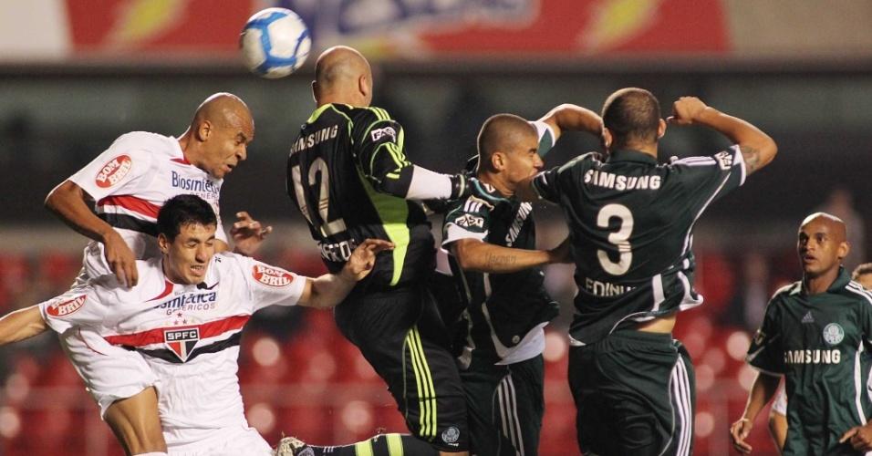 No final do clássico entre São Paulo e Palmeiras, o goleiro Marcos vai para a área são-paulina e tenta um cabeceio