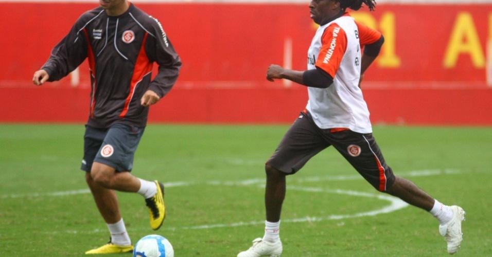 Tinga, volante do Inter, em treino com Leandro Damião