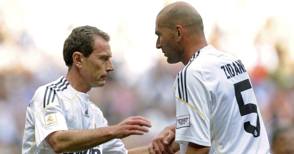 Butragueño e Zidane se cumprimentam em amistoso de veteranos em Madri