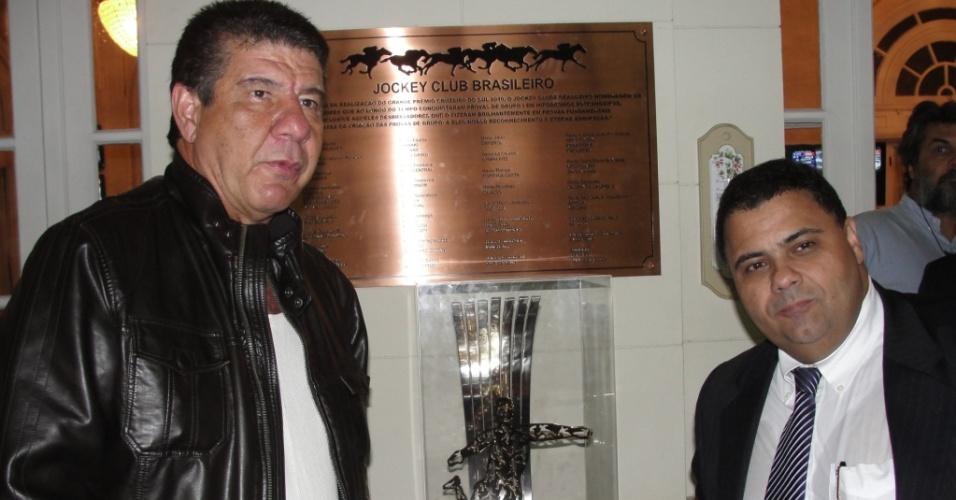 Técnico do Botafogo, Joel Santana, e o vice de futebol, André Silva posam com a taça