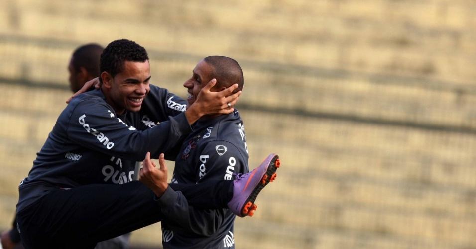 Dentinho e Roberto Carlos se descontraem em treino do Corinthians