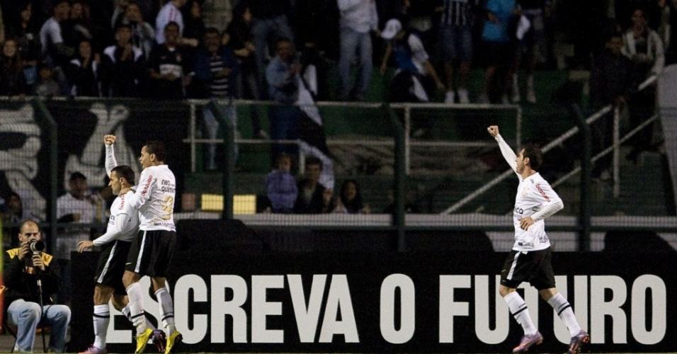 Iarley, Dentinho e Bruno César celebram gol do Corinthians