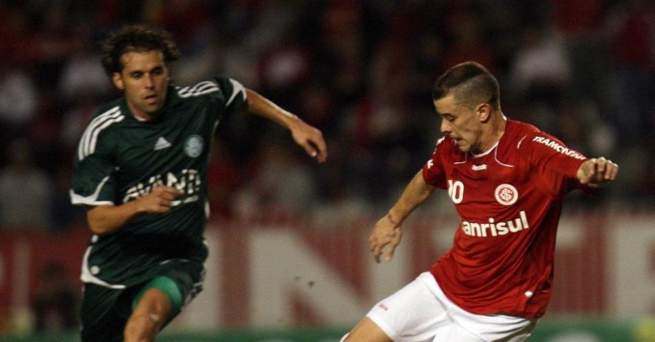 D'Alessandro, do Inter, domina bola observado por Lincoln