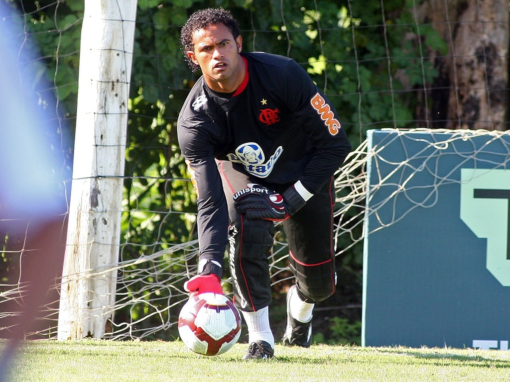 Goleiro Bruno repe uma bola durante treinamento do Flamengo