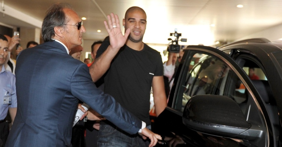 Adriano deixa hospital após fazer exames médicos para poder assinar com a Roma