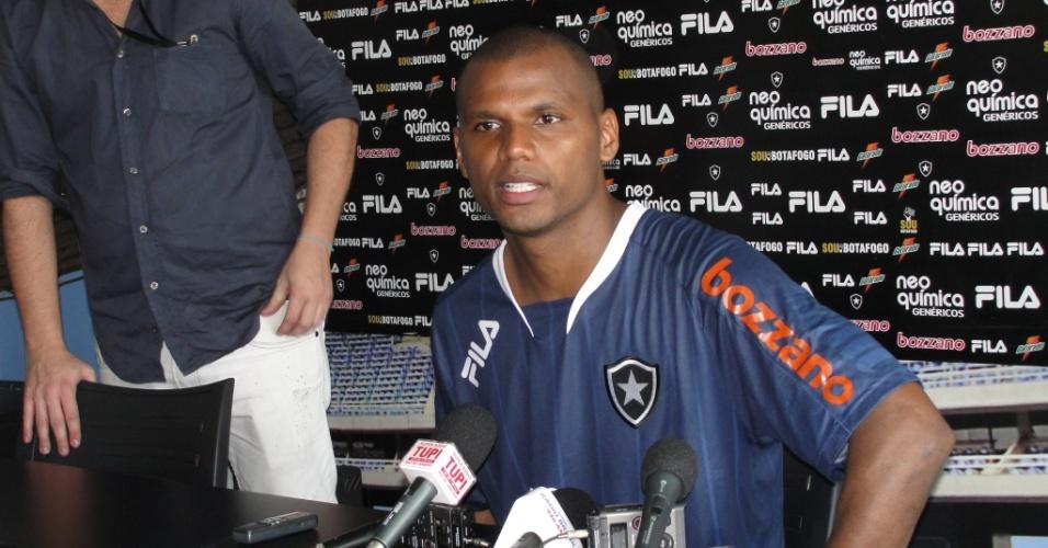 Jefferson concede entrevista após o treinamento do Botafogo