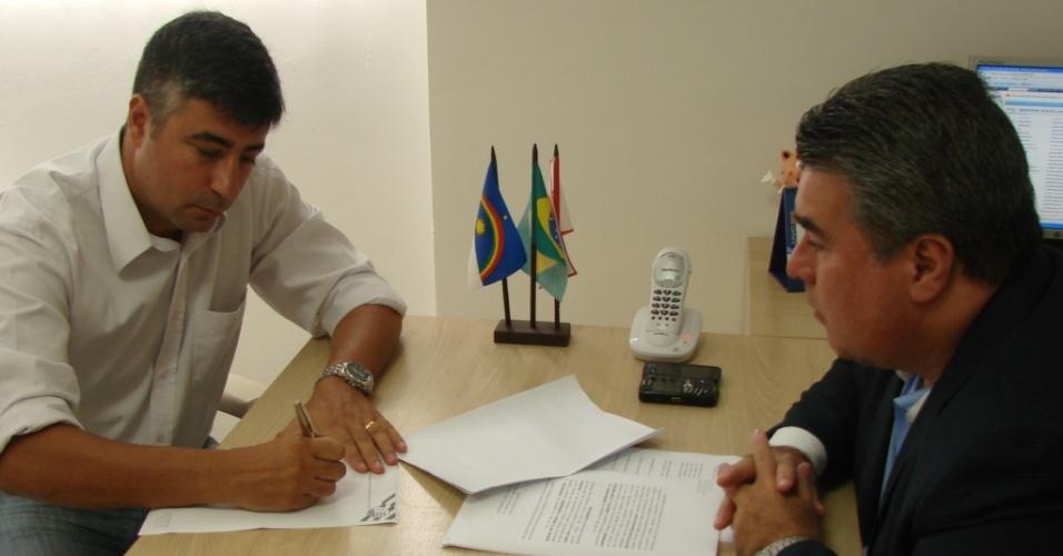 Alexandre Gallo assina renovação de contrato com o Náutico