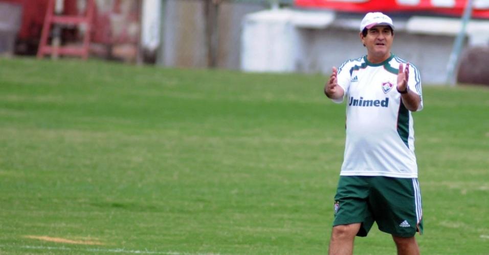 Muricy Ramalho caminha durante treinamento do Fluminense