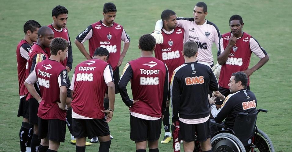Luxemburgo orienta jogadores do Atlético-MG durante treino