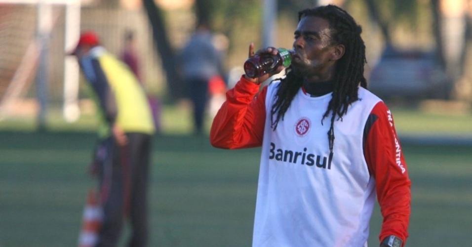 Tinga, meia do Inter, durante treino no Beira-Rio