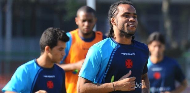 Carlos Alberto corre durante treinamento do Vasco