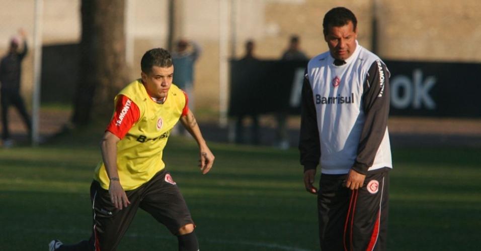 D'Alessandro, meia do Inter, é observado por Roth