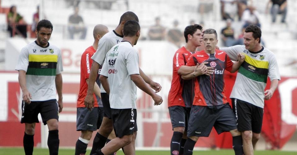 D'Alessandro briga com marcador em jogo-treino do Inter (07/07/2010)