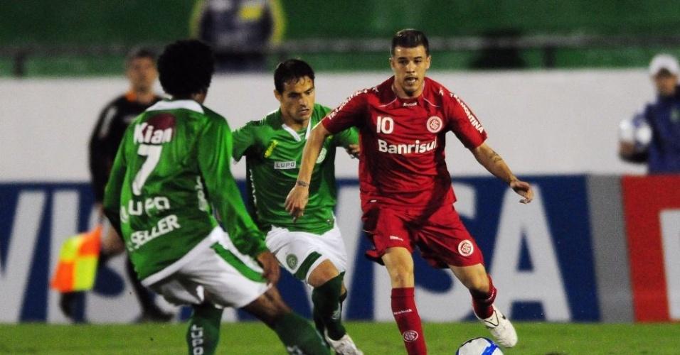 Meia D'Alessandro disputa jogada em jogo do Inter com o Guarani