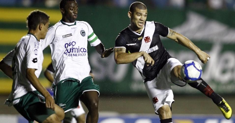 Nilton (d) disputa lance no empate do Vasco com o Goiás por 0 a 0 no estádio Serra Dourada, em Goiânia