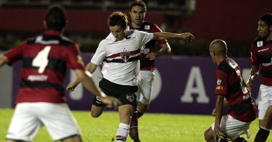 Dagoberto tenta chute na derrota do São Paulo para o Vitória por 3 a 2 em Salvador pelo Brasileiro