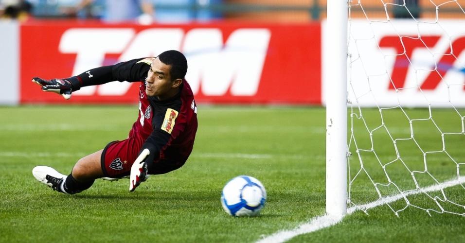 Fábio Costa cai no canto certo e vê Chicão perder pênalti para o Corinthians