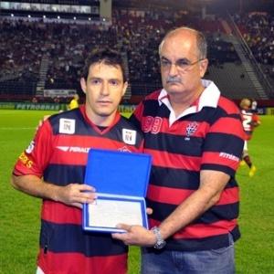 Ramon recebe placa comemorativa por seus 200 jogos pelo Vitória