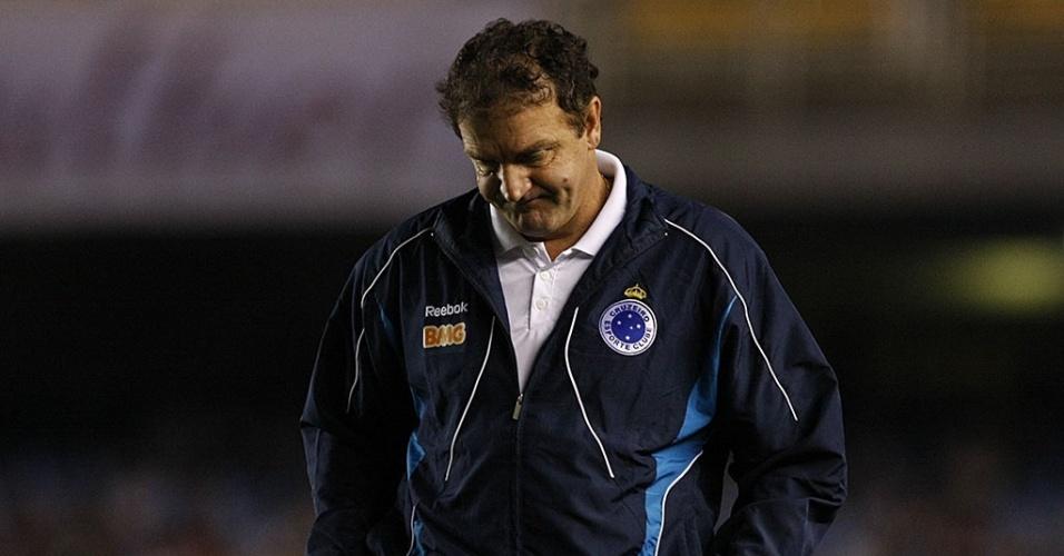 Cuca, técnico do Cruzeiro, aguarda o início da partida contra o Fluminense