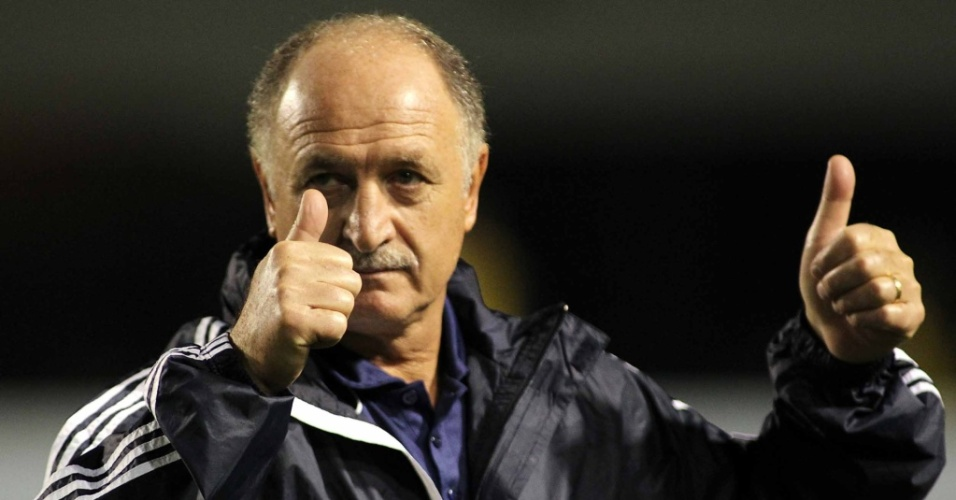 Luiz Felipe Scolari acena antes do incio da partida do Palmeiras contra o Botafogo no Pacaembu