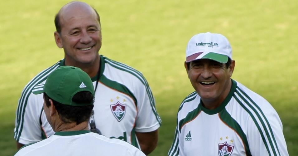 Muricy Ramalho conversa com seus auxiliares durante treino do Fluminense