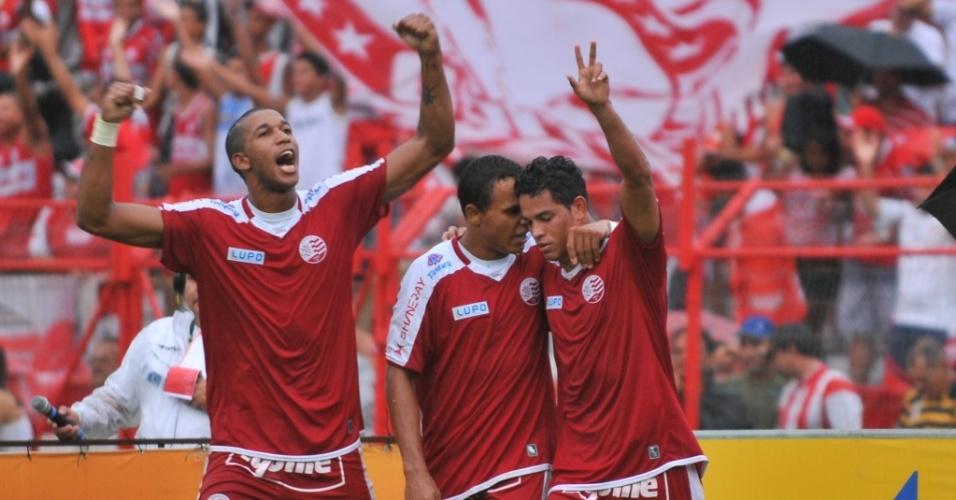 Jogadores do Náutico comemoram um dos gols da vitória por 3 a 2 sobre o Bahia pela 10ª rodada da Série B
