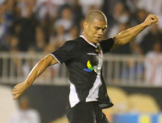 Nilton dispara um forte chute de fora da área e abre o placar para o Vasco contra o Atlético-GO