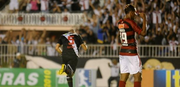 Nilton (e), do Vasco, parte para a comemoração ao marcar um gol, enquanto Marcão, do Atlético-GO, lamenta
