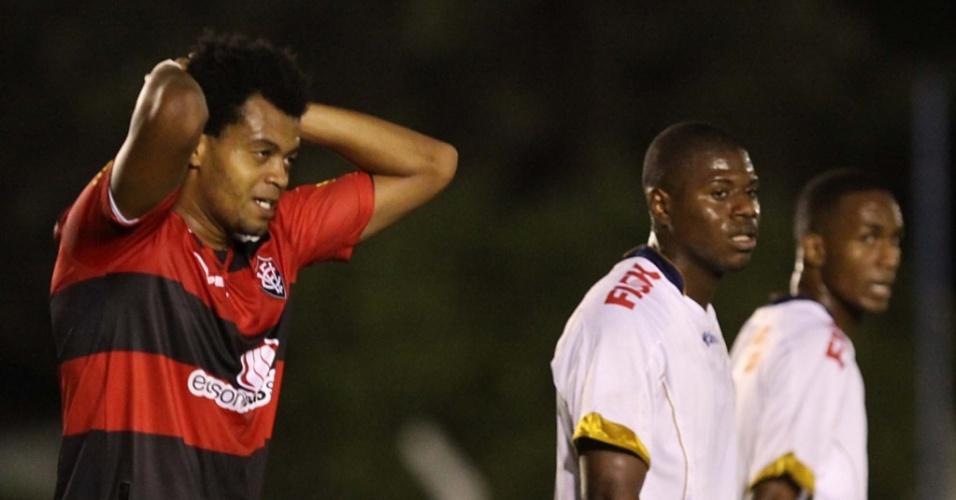 Renato (e), do Vitória, lamenta chance perdida na partida contra o Grêmio Prudente