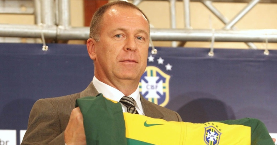 Técnico Mano Menezes é apresentado oficialmente como técnico da seleção brasileira