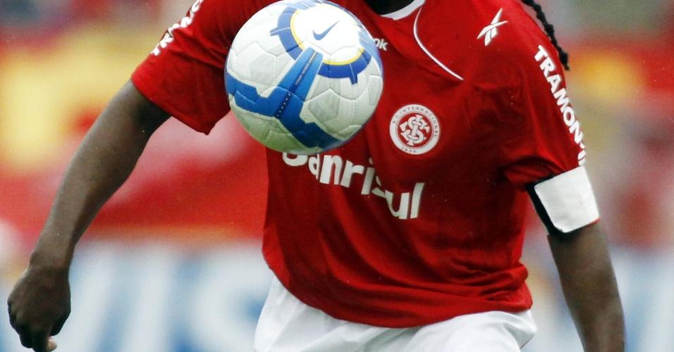 Tinga, jogador do Inter, em ação contra o Flamengo