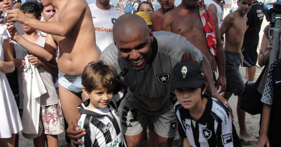 Jefferson posa para fotos ao lado de dois fãs mirins após treino do Botafogo