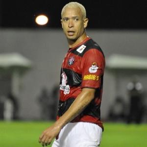 Júnior, atacante do Vitória, durante partida contra o São Paulo pelo Brasileirão