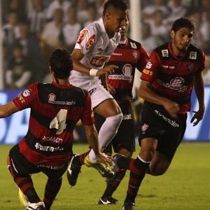 Jogadores do Vitória tentam parar Neymar no primeiro jogo das finais da  Copa do Brasil 1305bf9e8f92f
