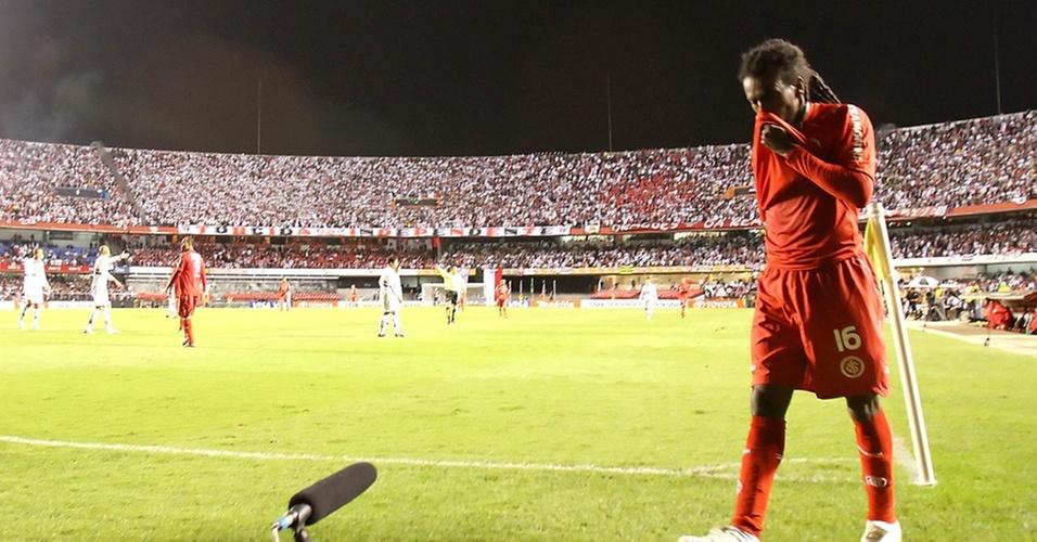 Tinga, do Inter, deixa o gramado do Morumbi após ser expulso na partida contra o São Paulo