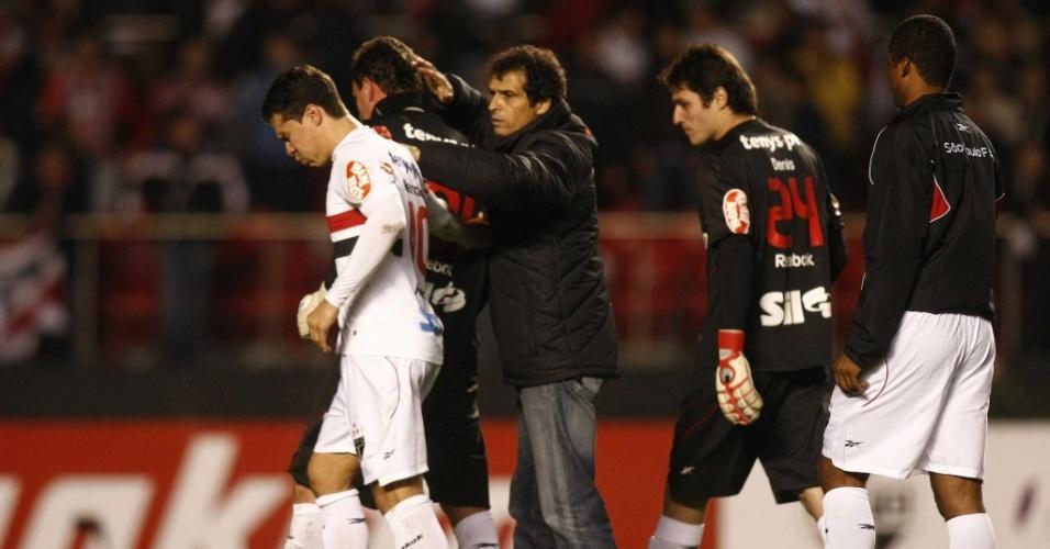 Hernanes e Rogério Ceni são consolados pelo auxiliar técnico Milton Cruz após a eliminação do São Paulo na Libertadores