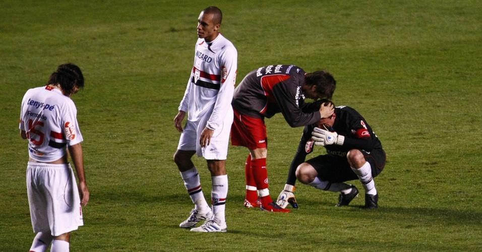 Rogério Ceni chora após a eliminação do São Paulo e é consolado por Rafael Sóbis, do Inter