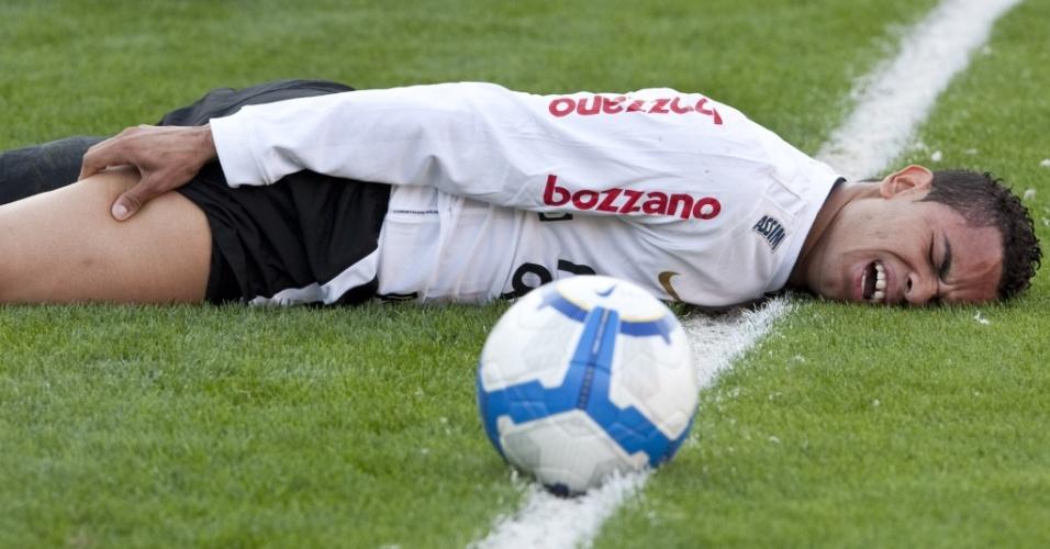 Dentinho fica caído no chão com dor na coxa em lance da partida entre Corinthians e Flamengo no Pacaembu