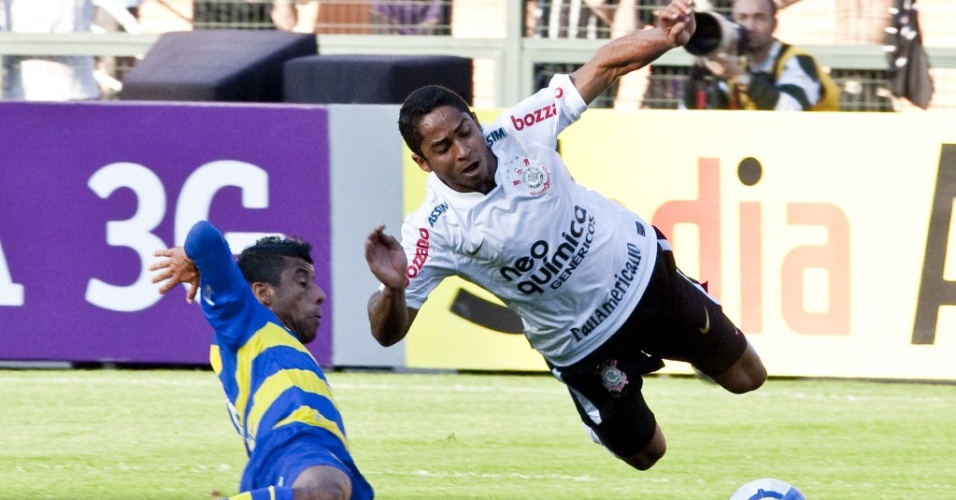 Léo Moura, do Flamengo, tenta um carrinho para desarmar Jorge Henrique, do Corinthians