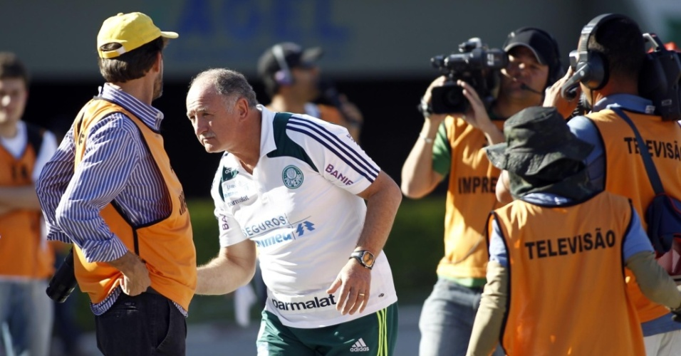 Luiz Felipe Scolari  cercado por jornalistas na partida do Palmeiras contra o Gois no Serra Dourada
